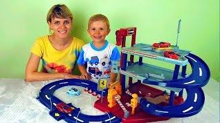 Машинки с треком и гаражом - Весёлое видео для детей с машинками