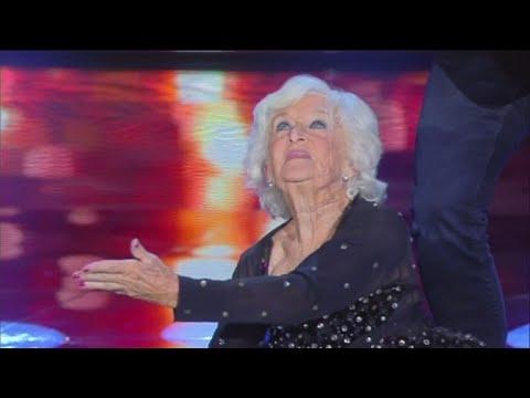 Sanremo 2018, chi è l'anziana che balla con Lo Stato Sociale? Paddy Jones, ha partecipato a Tu sì qu
