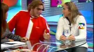 Natalia Malaga en Magaly TV, con Carlos Alvarez - Parodia thumbnail