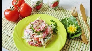 Салат с помидором, сыром и яблоком