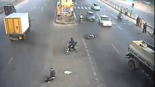 El de la moto vio pasar a la muerte por delante, golpazo!!!!!!!!