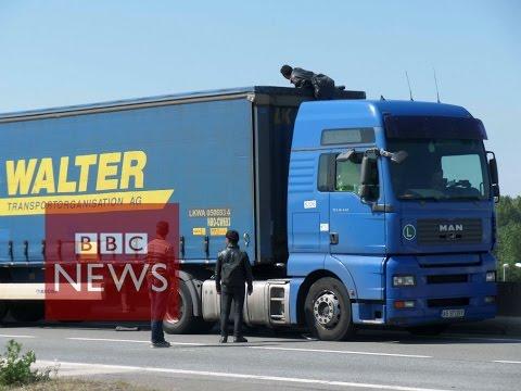 Calais: Migrant climbs into lorry (360 video) - BBC News