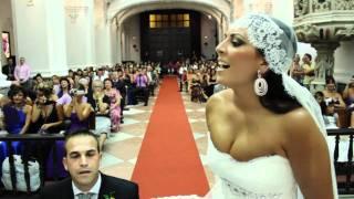 Maria le canta a Raul en el altar. Novia sorprende al novio en plena boda thumbnail