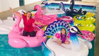 GINCANA NA PISCINA COM BOIAS GIGANTES - FUNNY CHALLENGE IN THE POOL WITH GIANT INFLATABLE