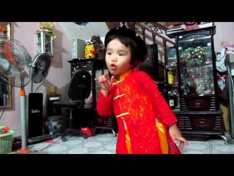 """Bé Trần Khánh Linh,2 tuổi rưỡi múa hát bài """" Cò lả """""""