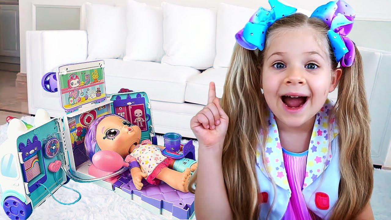 Диана играет с куклами Kindi Kids
