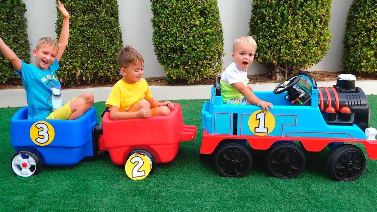 장난감 기차를 가지고 노는 블라드와 니키