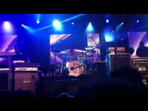 Weezer Covers MGMT and Lady Gaga @ Mirage in Las Vegas