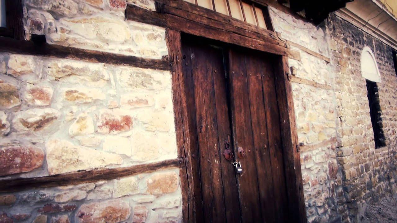 8238 puerta de madera en casa antigua medieval efectos for Puerta casa antigua