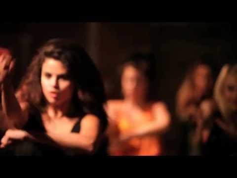 Селена Гомес и ее подружки танцуют