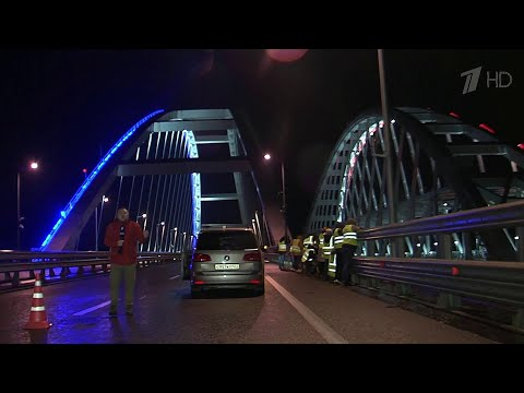Первый пассажирский поезд проехал по Крымскому мосту.
