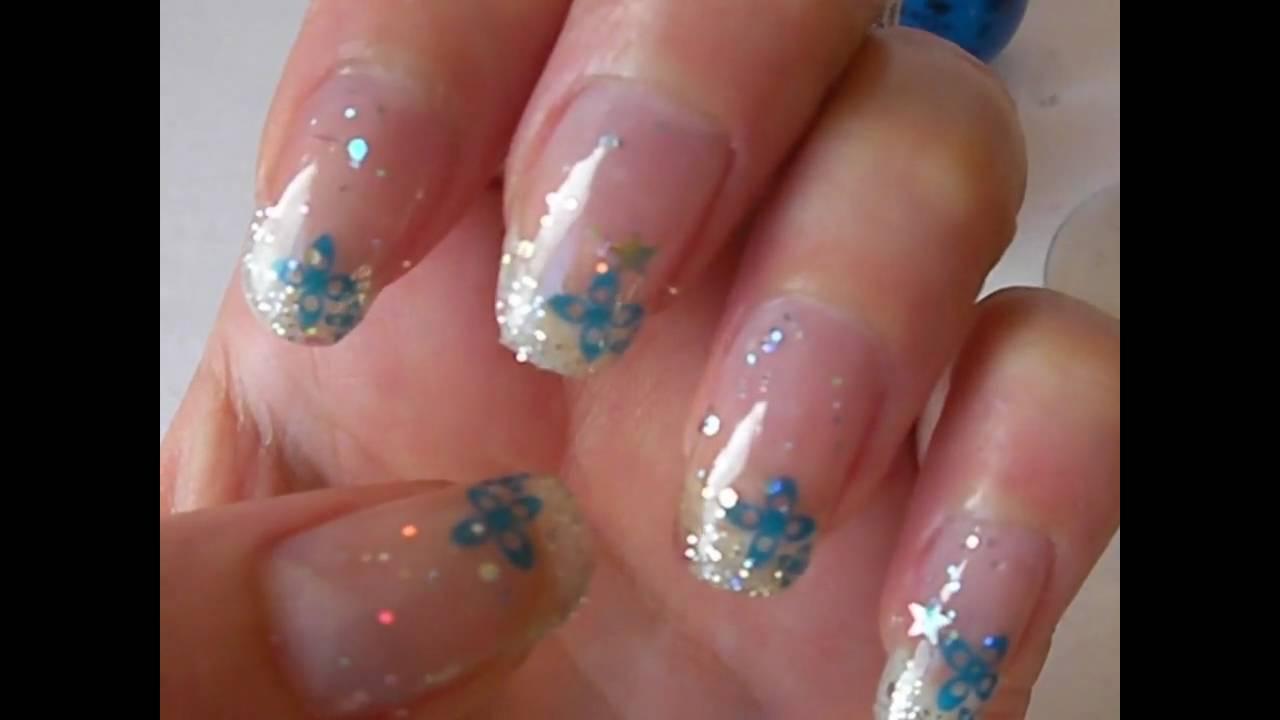 M75_001 déco fleur bleue et pailettes sur ongle naturel