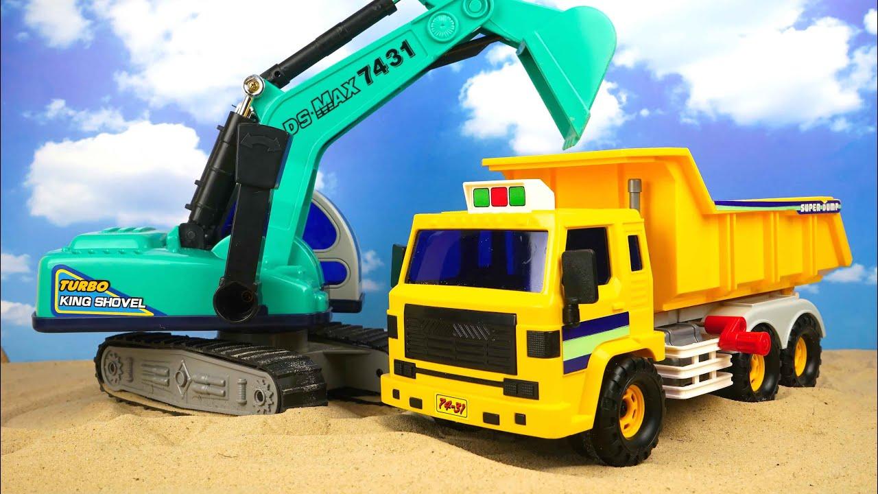 El camin volquete y la excavadora ayudarn a traer la arena