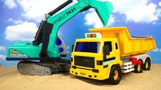 El camión volquete y la excavadora ayudarán a traer la arena Juguetes para niños y coches thumbnail