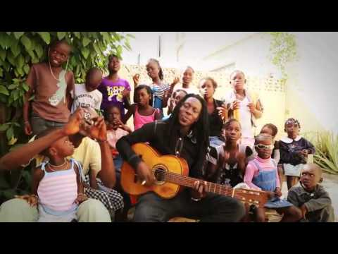 Faada Freddy (Daara J) sings with the kids - (Senegal)