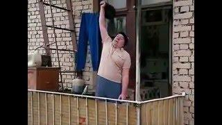 Дед скинул гирю на машину с балкона(, 2015-12-12T10:22:53.000Z)
