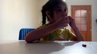 Саша открывает шоколадные яйца с кошечками Неожиданные сюрпризы