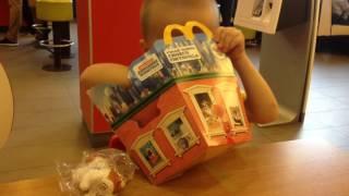 Лёва идёт в Макдональдс покупать игрушку тайная жизнь домашних животных