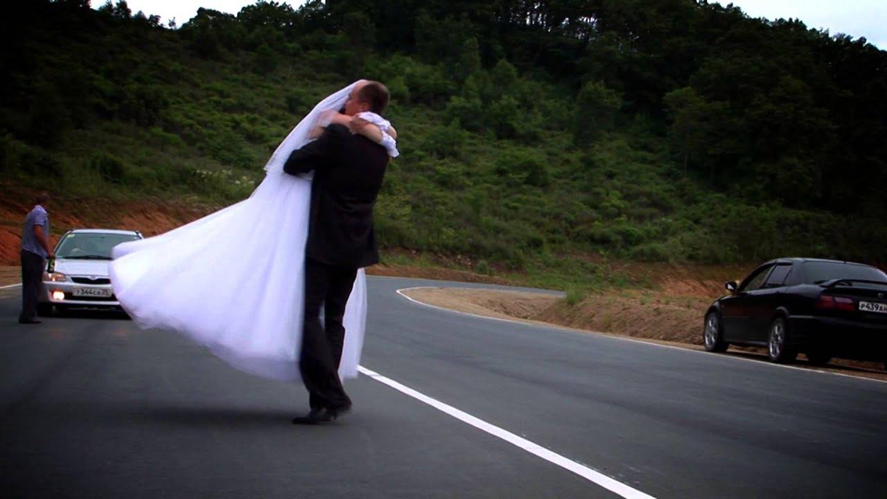 Вся в слезах невеста