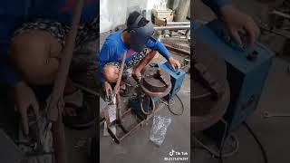 Download Video Video TikTok Super Lucu dijamin Kocak Ngakak Nge DJ Pakai Las Karbit Patri Panci Aluminium Disco MP3 3GP MP4