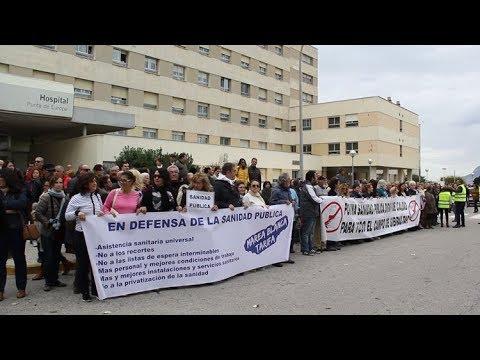 Los ciudadanos rodean el Hospital Punta Europa pidiendo una sanidad digna