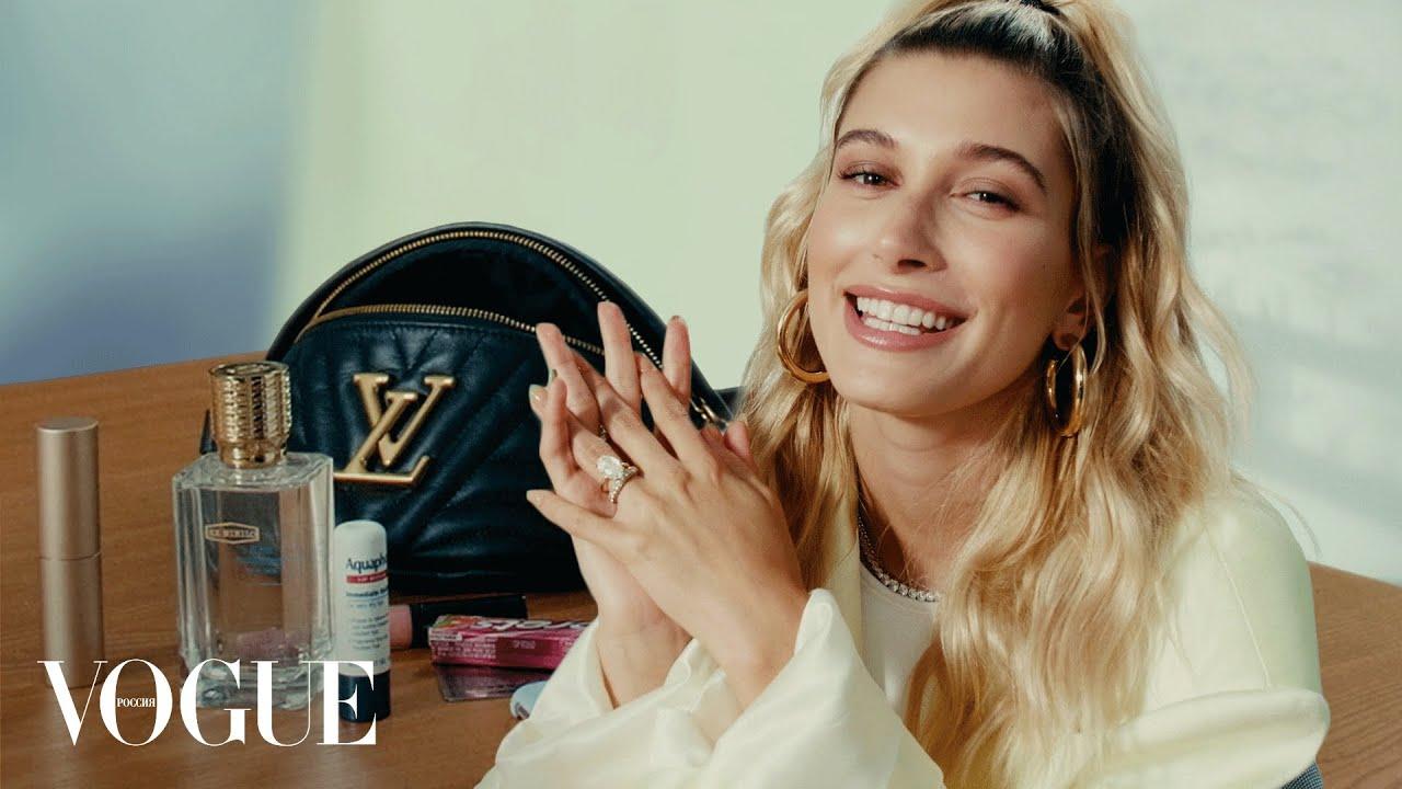 Что в сумке у Хейли Бибер  Vogue Россия