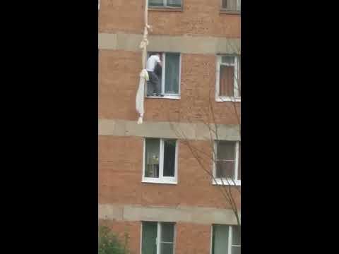 Город Никольское мужик слезает по простыням с крыши!