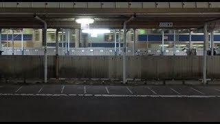 夜の関東鉄道竜ヶ崎線佐貫駅ホームから見た上野東京ライン常磐線上りE531系の出発