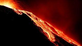 Stromboli: nuove esplosioni vulcaniche ricoprono di cenere le case