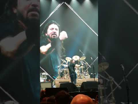 8 year old took over the drums at Foo Fighters concert...and wouldn't leave