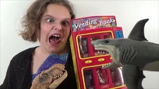 Baixar - Feeding Sharks Dinosaurs Candy From A Cool Vending Machine Grátis