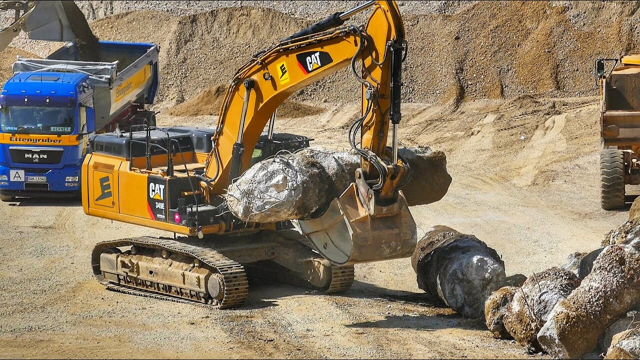 What a power!! Heavy Excavator