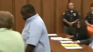 Отец убитой девочки хотел порвать маньяка в зале с...