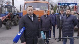 Уборочную технику вновь построили на площади Свободы в Сестрорецке