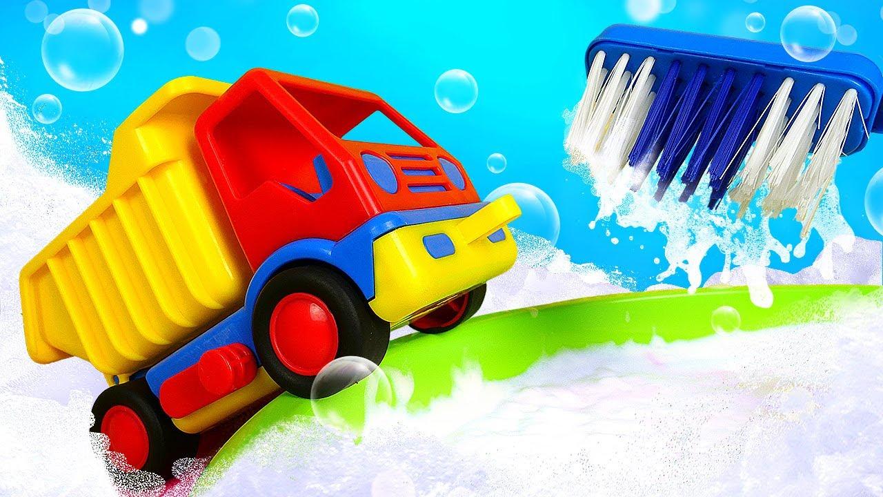 Грузовичок в ванной - Новое видео Капуки Кануки - Купаем игрушки и учим цвета