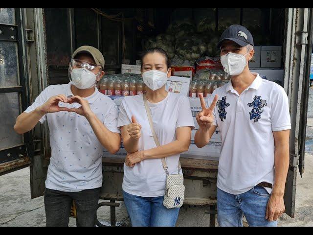 Nhiều nghệ sĩ cùng Vòng tay Việt tặng quà y bác sĩ bệnh viện dã chiến ở TP Thủ Đức