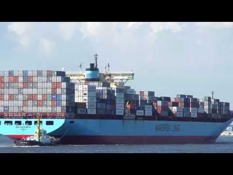 Full container ship that enters Nagoya port (SKAGEN MAERSK OYOS2):P=知多堤