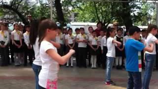 Первый конкурс флешмоб в 12 школе.Танец я рисую белым мелом