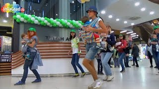 В Архангельске прошел танцевальный слинго-флешмоб
