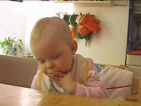 baby schl ft beim apfel essen ein youtube. Black Bedroom Furniture Sets. Home Design Ideas
