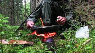 森の中での料理 炒め米とベーコンと特別なガーニッシュ 現代的な道具のない火 [森林浴]