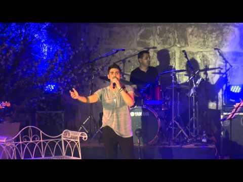 עינת שרוף מארחת את רותם כהן על הבמה בשוני