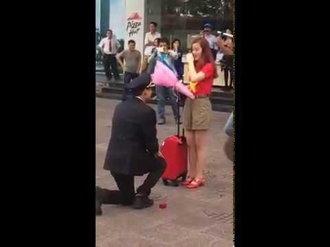 Cầu hôn bạn gái tiếp viên hàng không xinh đẹp cực kỳ lãng mạn