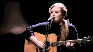 "Adele live at the Tabernacle (London): chatting + playing ""Daydreamer"""