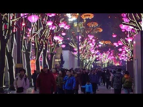"""西安的旅游发展真厉害!大唐不夜城引八方游客""""来朝"""",水泄不通"""