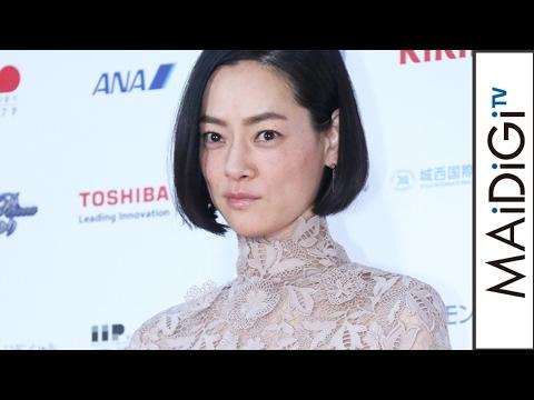 市川実日子、透け感ロングドレスで魅了 「シン・ゴジラ」で女優助演賞 「第71回毎日映画コンクール」