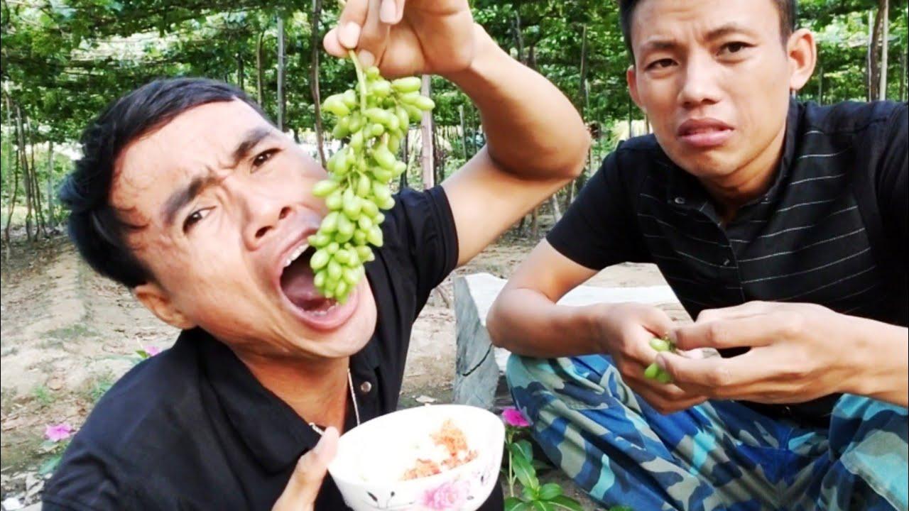 Thử Ăn Nho Sống Chấm Muối Ớt Siêu Cay - Chua Tột Đỉnh