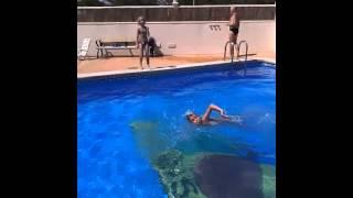 Nudy na basenie.