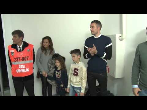 Robin van Persie and family to see Fenerbahce basketball game 2016