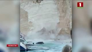 В Греции кусок скалы обрушился на туристов на пляже
